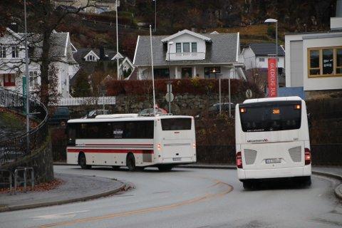 SKYSS: Det går mye busstrafikk med elever mellom Farsund, Lyngdal, Kvinesdal og Flekkefjord. Det er 64 eklever som hver dag pendler inn fra Farsund og Lyngdal til Kvinesdal og Flekkefjord.