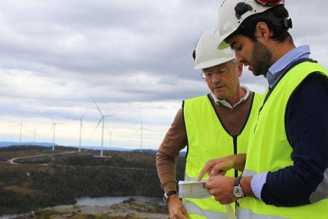 GAV SIN VERSJON: Teknisk rådgiver Helge Toft (til venstre) og administrerende direktør Tom Indesteege i Tonstad vindpark midt i kraftverket. De forsøkte å nå frem med informasjon om erklæringer og oppfyllelsen av disse til kommunestyret i Sirdal, men kommunestyret valgte å stevne vindkraftverket for retten. Foto: Svein Løvland