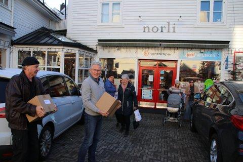 KASSEVIS: Bokhandler Jan Helge Horjen og forfatter Bjarne Rogan (med lue) bærer inn to kasser med bøker