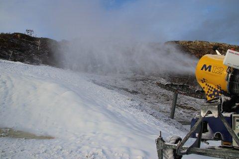 DAG OG NATT: Snøkanonene går både natt og dag i Tjørhomfjellet så lenge temperaturen er under null grader.