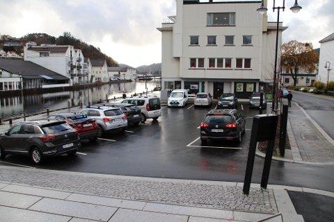 GRATIS I EN TIME: Med dagens parkeringsordning er det gratis å stå i én time på Torvet i Flekkefjord. Rådmannen foreslår å innføre betaling og maks to timer parkeringstid. Det foreslås også betaling for elbiler på linje med andre biler på alle P-plasser med betaling.