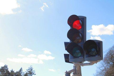 RØDT LYS: Frp ønsker en forsøksordning, der det er lov å kjøre til høyre på rødt lys, slik man kan i USA.  Illustrasjonsfoto: Colourbox