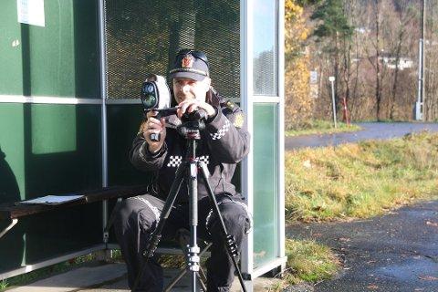 MÅLING: Politibetjent Vidar Pedersen målte hastigheten på forbipasserende biler onsdag formiddag.