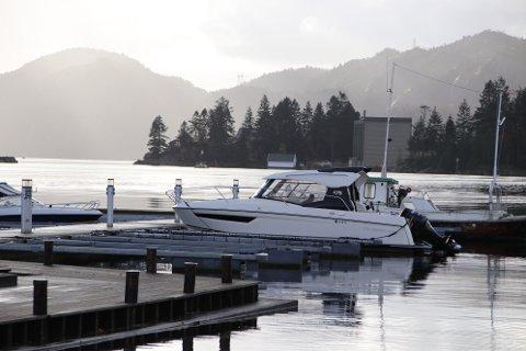 BÅTPLASSER FOR GJESTER: Mange båtplasser i flytebryggeanlegget ved Tollbodbrygga er allerede gjesteplasser. Nå foreslår rådmannen at kommunen kjøper ut flere plasser fra motorbåtklubbben for å gjøre disse om til gjesteplasser.