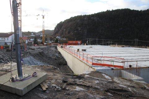 ETASJESKILLER PÅ PLASS: Nå er taket for flerbrukshall/turnhall på plass på den nye idrettshallareanaen på Uenes. Etasjeskillet er samtidig gulvet for fotballhallen som ligger i toppetasjen av anlegget.