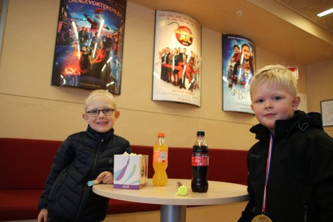 Markus Gile Sira (5) til venstre og Erijan S. Fredriksen (5) gleder seg til å se filmen «Trolls» på kino.