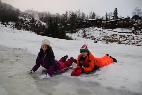 HULDREHEIMEN: Torja og Xavier Adams fra Stavanger testet i går Huldreheimen i Tjørhomfjellet. Bakken fungerte med akebrett, men i dag regner det bort enda mer av den dyrebare julesnøen
