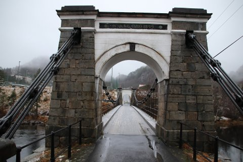 NASJONALT KULTURMINNE: Veien over Tronåsen og Bakke bro ble åpnet i 1844 som del av Den Vestlandske Hovedveg. Dette var den første planlagte kjørevei mellom Kristiania og Stavanger og erstattet rideveien (postveien) fra 1600-tallet. Bakke bro er nordens første hengebro. Både vei og bro er fredet som nasjonale kulturminner.