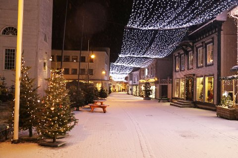 LYS I MØRKET: Natt til 1. juledag falt det noen millimeter snø i Flekkefjord, nok til å gi fin julestemning i en ellers trist og litt dyster tid.