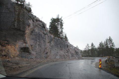 STORE INNGREP: Enkelte steder på fylkesvei 465 fra Kvinlog til Risnes gjøres det store inngrep for å få svingene slik at det skal være mulig å komme frem.