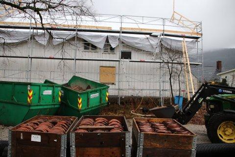 STOPPE LEKKASJER: Den første jobben med Indre Hauan er å sørge for at det slutter å lekke inn vann. Den gamle taksteinen er plukket ned og tatt vare på slik at den kan brukes på nytt når et nytt undertak er på plass.
