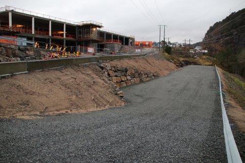 STOR P-PLASS: Det er stort sett bare asfalt og lysstolper som mangler på den store nye P-plassen. P-plassen er på om lag 90 meter lengde og 12 meter bredde. Det kan gi om lag 40 P-plasser