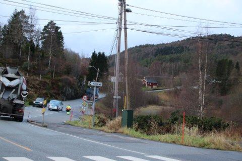 KREVER GANG- OG SYKKELVEI: For å få lov å bygge boligfelt langs Skådevikveien på Svege i Flekkefjord krever kommunen og fylket at gang- og sykkelvei skal være opparbeidet fra gangfeltet her ved Tankveien og opp til kryss ved Skådevikveien (der vogntoget på bildet er)