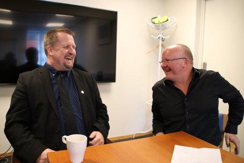 SMIL OG GLEDE: Ordfører Torbjørn Klungland (Frp) og næringssjef Hans-Egill Berven i Flekkefjord er storfornøyd med at det nå også kan bli bredbånd til Gyland.