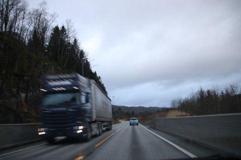 VIA LØLANDSVANNET: Når fylkespolitikerne møtes til fylkesutvalg og fylkesting den 25. februar ligger det forslag til høringsinnspill om E39 som anbefaler traseen via Lølandsvannet.