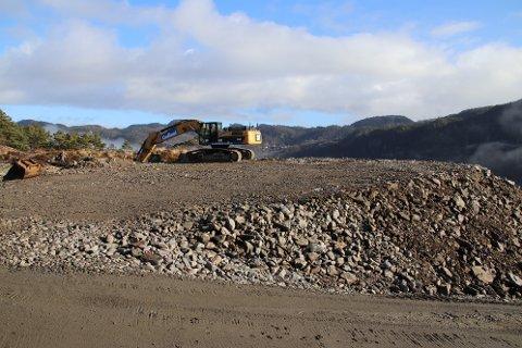 TRØNGSLA: Øverst i næringsområdet på Trøngsla tippes nå steinmassene fra Uenes for lagring for senere bruk.