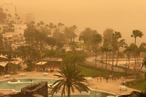 En sandstorm, såkalt calima, skaper problemer på Gran Canaria. Et stort antall turister kommer seg ikke hjem på grunn av stengt flyplass som følge av dårlig sikt. Foto: Tore Meek / NTB scanpix