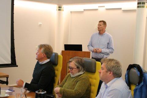 MÅ SLANKE DRIFTEN: Roar Hansson (bak) kunne presentere overskudd fra 2019, men rådmann Bernhard Nilsen (til venstre) slo fast at politikernes jobb med en kraftig slankekur av driftsbudsjettet må gå for fullt denne våren.