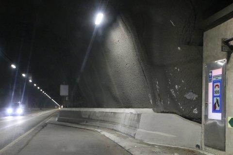 FORNYELSE: Fornyelsen i E39-tunnelene handelr mye om sikkerhetsutstyr og elektroarbeider. For å få dette på plass støpes det en ny kant på betongfenderene i tunnelene.