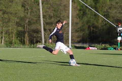 GUL DRAKT: Adrian E. Nilsen har vært hospitant hos Start fra KIL, men nå er det hjemmeklubben som skal låne han i vårsesongen.