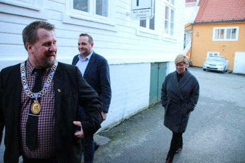 MED KJEDET: Ordfører Torbjørn Klungland sammen med stortingsrepresentanten Gisle M Saudland og Frps partileder Siv Jensen i Flelkefjord i begynnelsen av mars. Arkivfoto: Svein Løvland
