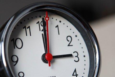 SLUTT PÅ VINTEREN: Et tegn på at vi går mot sommeren, er at klokka stilles frem.