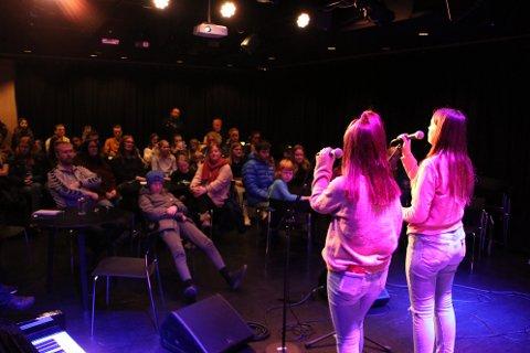 PÅ SCENEN: Felicity Larsen og Vendela Egeland sang duett fra scenen i Blackbox torsdag kveld