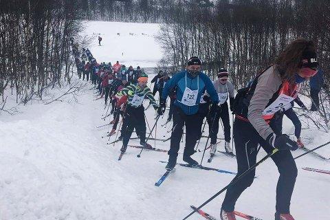 HVITT I HVITT: Det ble ikke den strålende solskinnsdagen værmeldingen hadde forespeilet deltakerne under årets Sirdal Skimaraton. Det ble likevel et vellykket arrangement med mange på startstreken.