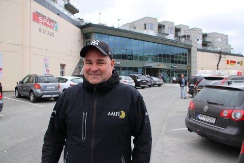 OPTIMISTISK: Senterleder Rune Eriksen på Amfi Flekkefjord er fortsatt optimist på vegne av senteret. Han håper alle forretningene kommer seg gjennom krisen og at senteret på sikt kan gjøre alvor av sine utvidelsesplaner med en etasje over P-plassen der han står.