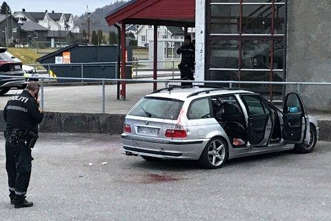 Politi ved en bil etterlatt utenfor Lyngdalshallen, der flere personer skal være skadd etter et slagsmål tirsdag kveld. Foto: Torrey Enoksen / Lister24 / NTB scanpix