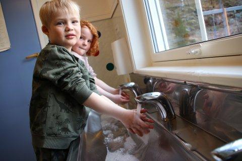 MYE HÅNDVASK: Max og Mille Galdal har allerede fått god trening i håndvask i Litledalen barnehage den siste tiden. Når alle de andre barna kommer blir det nok noen perioder med kø ved vaskene.