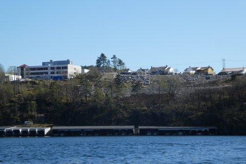 STOR FYLLING: Den store fyllingen for å lage P-plass nord for Tunveien er godt synlig fra Grisefjorden.  Kostnaden på 720.000 foreslår dekket fra P-fondet i stedet for via byggeregnskapet