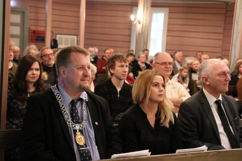 HIDRA KIRKE: Ordfører Torbjørn Klungland og hans samboer Hanne-Sofie Egeland på første benk i Hidra kirke sammen med kirkeverge Stein J. Rafoss under orgelinnvielsen i Hidra kirke i februar i år.  Dersom det kommer nok statlige midler kan det også bli brannsikring av kirken i løpet av 2020.