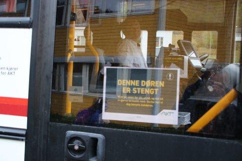 STENGT: Døren fremme i bussen er avsperret. Det er sperrebånd fremme i bussen, og de fremste seteradene skal ikke benyttes.