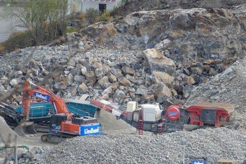 KNUSEVERK: Det mobile steinknuseverket var i drift kun 20 meter fra de nærmeste naboene. Forurensningsforskriftene slår fast at midlertidige pukkverk som etableres nærmere enn 200 meter til nabo i tillegg til melding til fylkesmannen, må sende inn en støyvurdering .