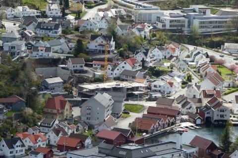 DET BYGGES: Fabrikkgården med 32 boenheter i Springerbakken bygges av Holm og Hellvik Hus. Her er over 20 enheter allerede solgt.