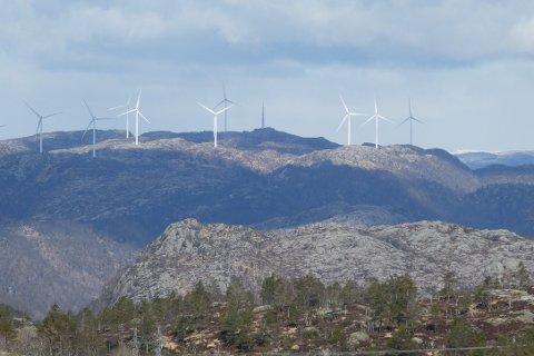 TELLENES OG SKORVEHEIA: Det nærmeste området der Skorveheia og Storevarden ligger sett fra Mønstremyrvarden med vindparken på Tellenes i Sokndal og Lund i bakgrunnen.