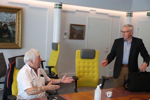 FRUSTRERT: Aksel-Børre Nilsen (Frp) (til venstre) gav uttrykk for frustrasjon over lange bystyremøter på tampen av møtet i kontrollutvalget. Det mente Sigmund Kroslid (KrF) var en sak som bystyret selv må ta ansvar for.
