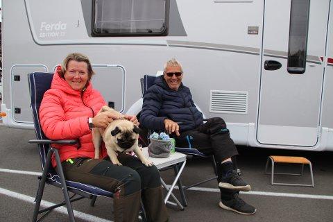TRIVES GOD: Bobileier Torleif Paulsen og Signe Jonasssen fra Hundvåg i Stavanger er bobilveteraner med 8-10 års fartstid som bobilturister i Flekkefjord. Mopsen «Dina»  er imidlertid på bobilplassen på Lasta for første gang.