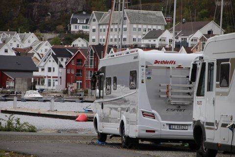 VIKTIGE FOR BYEN: Det var litt over 44.000 overnattinger på hotellene og Egenes camping i 2018 og 4.300 bobildøgn i byen. Hvis det overnattet 2,5 personer i bobilene i gjennomsnitt, innebærer dette 11.000 bobilgjestedøgn i 2018. Det var videre registrert 970 fritidsboliger i Flekkefjord i 2018, hvorav 630 fritidsboliger er eid av personer bosatt utenfor kommunen. Det gir ca 73.000 gjestedøgn i fritidsboliger.