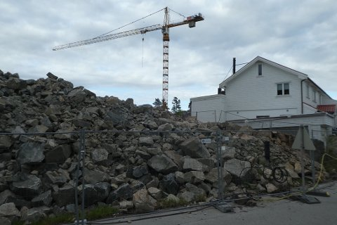 TETT PÅ: Prosjektleder opplyser til byggekomiteen at det er mange ulike henvendelser fra naboene om tiltak mellom området for flerbrukshall og naboeiendommer. Det er kanskje ikke så merkelig med et så stort byggeprosjekt bare noen meter fra de nærmeste naboene.