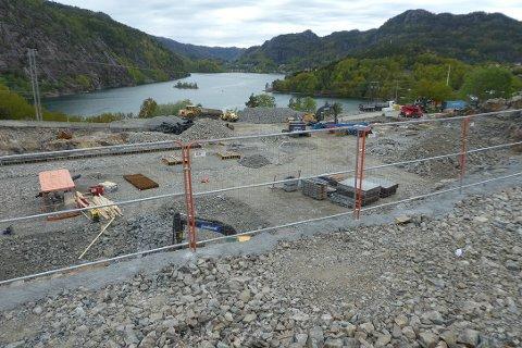 HAR STARTET: Byggingen av Flekkefjord Sparebank Arena har startet. Tomten er ferdig, byggekran er på plass og arbeidene med underetasjen er så smått i gang.