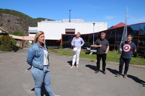 BEFARING: Avdelingsleder Monika Austad (nærmest) på Flekkefjord videregående fortalte formannskapspolitikerne om behovet for oppgradering av lokaler for hverdagslivstrening.