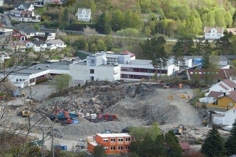KAN TA INN PÅ HOTELL: Med steinknuseverk som nærmeste nabo har nå beboere på Uenesodden fått tilbud om hotell mens resten av arbeidet pågår mandag og tirsdag.