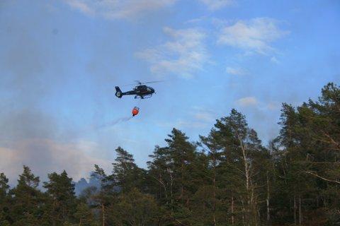 HELIKOPTER: Et brannhelikopter ble satt inn i slukningsarbeidet nylig i en brann mellom Kvinesdal og Flekkefjord. Foto: Agnar Klungland