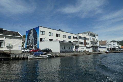 FORHANDLING: Grunneier av Elvegaten 16 (bygningen med stort maleri av en fisker) ønsker tre P-plasser i kompensasjon for bryggepromenade. Nå blir det forhandling med kommunens forhandlingsutvalg