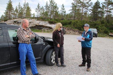 VINDMØLLE-PRAT: Jan Egil Øksendal (til høyre) snakker med søskenparet John Inge Øksendal og Anne Kristine Øksendal. De eier fritidsbolig og støl like ved et av de stedene som en av turbinene ble flyttet til.