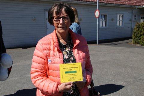 SLIK: Hanne Risvold (KrF) viser frem et midlertidig P-kort for ansatte ved videregående. Hun mener noe lignende burde gå an å få laget til de som kjører ut mat til trengende.