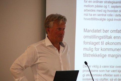 Rådmann Bernhard Nilsen understreker at kommunen drives godt, men at driftsutgiftene må ned.
