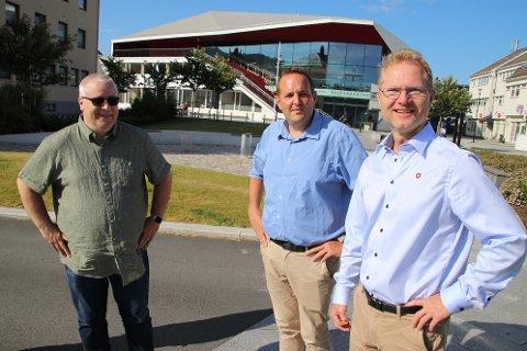 Stortingsrepresentant Gisle M. Saudland har med seg partikollegene Bård Hoksrud og Tor André Johnsen fra Transport- og kommuniksasjonskomiteen på Stortinget for å forsikre om at de skal sørge for at det blir ny firefelt også fra Lyngdal til Kvinesdal.